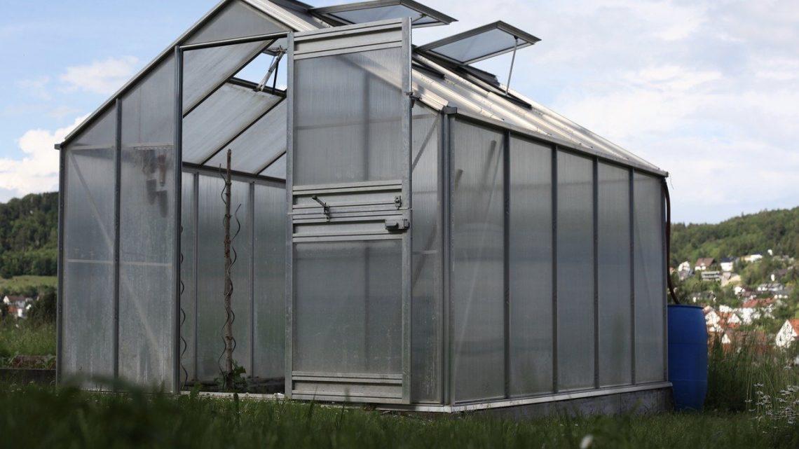Comment fixer un abri de jardin en métal au sol ?